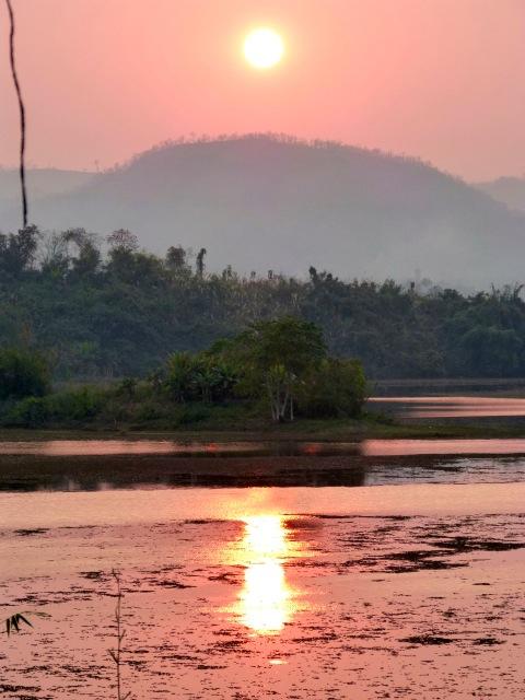 Coucher de soleil sur le lac Nam Tien